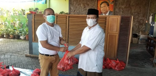 Anggota DPRD Jatim Sosialisasi Prokes saat Bagikan Daging Kurban