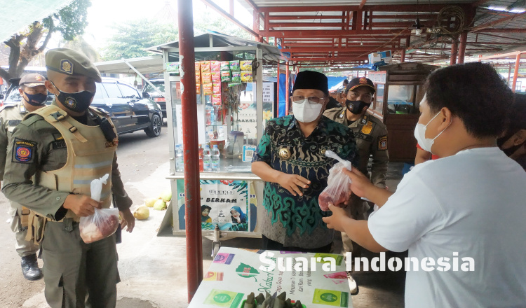 Cukupi Kebutuhan Gizi di Masa PPKM Darurat, Wali Kota Blitar Bagikan 300 Paket Daging ke Pelaku Usaha