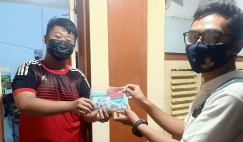 Politisi PDIP Surabaya Bagikan Paket Vitamin dan Masker bagi Warga