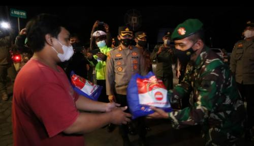 PPKM Darurat, Polres Purworejo Bagikan Ratusan Paket Sembako ke PKL dan Ojol