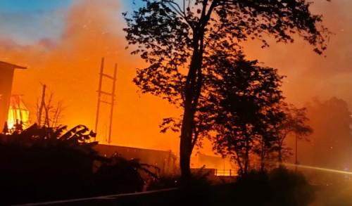Pabrik Kayu di Probolinggo Terbakar, Tiupan Angin Kencang Sulitkan Pemadaman