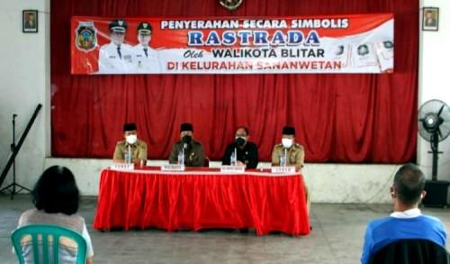 Wali Kota Blitar Santoso Salurkan Bantuan Rastrada di Kelurahan Sananwetan
