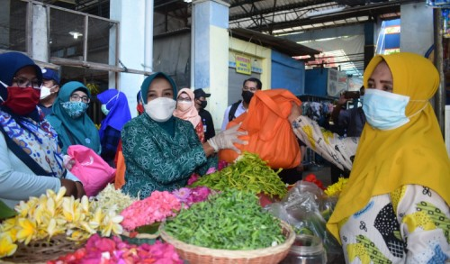 Emak-emak PKK di Lamongan Blusukan Bagi Sembako ke Pasar Tradisional