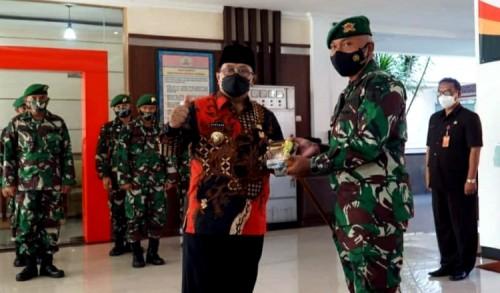 Tingkatkan Kinerja, Wali Kota Blitar Santoso Serahkan Bantuan kepada Anggota Batalyon Infanteri 511 DY