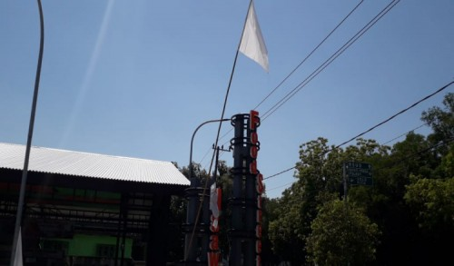 PPKM Darurat Diperpanjang, Pedagang di Ngawi Pasang Bendera Putih