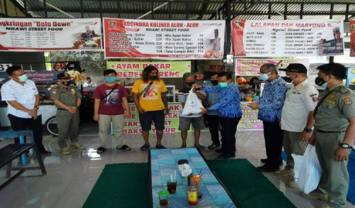 Usai Pasang Bendera Putih, Pedagang Street Food Terima Bantuan Dari Pemkab Ngawi