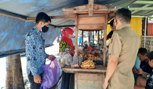 Ringankan Beban Pedagang, Kadinkop Ngawi Borong Dagangan Penjual Angkringan