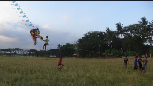 Kreatif, Remaja Purworejo Bikin Layangan Raksasa Hingga Bisa Dinaiki Warga