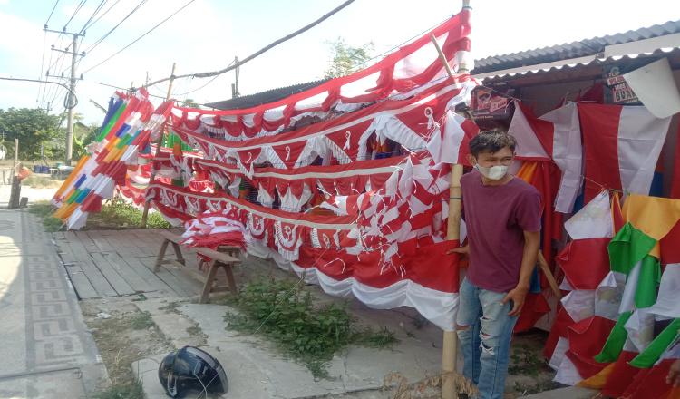 Penjual Bendera di Bojonegoro Turun Drastis