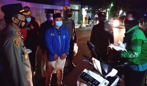Dimasa PPKM, Tukang Ojek di Tuban Terima Beras dari Polisi