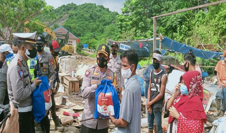 Sasar Pemulung di Batota, Polres Kutim Distribusikan 50 Paket Sembako