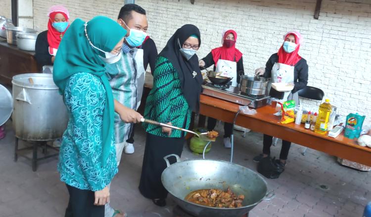 Bangun Dapur Umum di Rumdin Bupati Gresik, Menu Sesuai Petunjuk Ahli Gizi