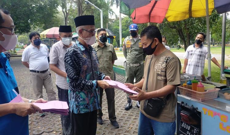 PKL dan Pekerja Terdampak PPKM Darurat, Bupati Bondowoso Berikan Bantuan