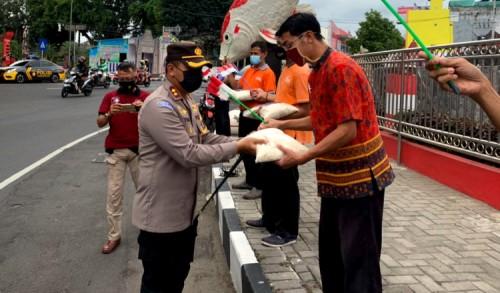 Sambil Bawa Bendera Merah Putih, Polisi di Blitar Bagi-bagi Paket Sembako Kepada Warga