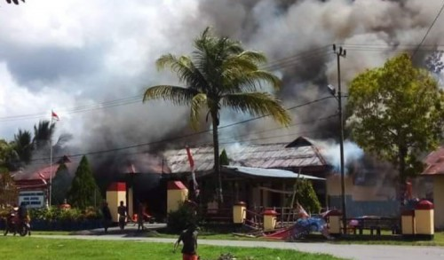 Mapolsek Nimboran Papua Dibakar Massa, Belasan Kendaraan Polisi Ikut Ludes Terbakar