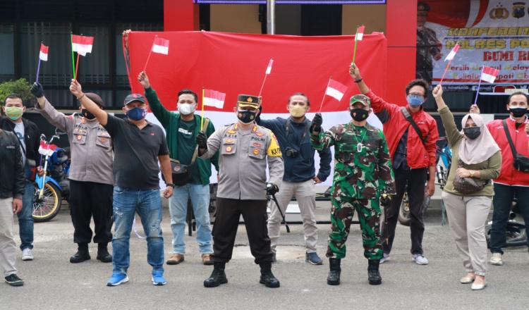 TNI-Polri Ajak Jurnalis di Ponorogo Kibarkan Merah Putih, Lawan Covid-19