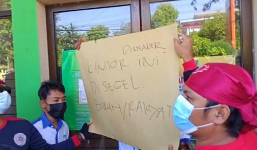 Tuntutan Tak Dipenuhi, Ratusan Buruh Segel Kantor DPM-PTSP dan Naker Tuban