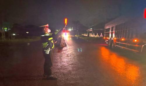 Diguyur Hujan, Polres Kutim Tetap Intensifkan Giat Penyekatan Jalan