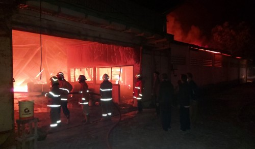 Pabrik Mebel Terbesar di Bondowoso Dilahap Si Jago Merah
