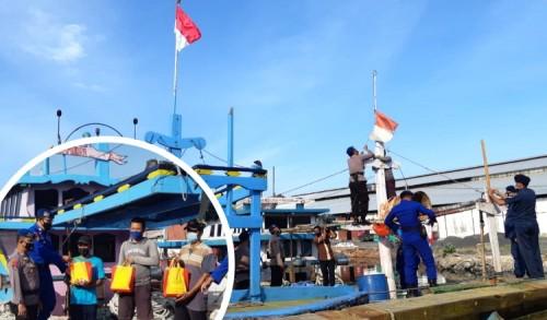 Satpolair Turunkan Bendera Indonesia Lusuh di Kapal Nelayan Probolinggo