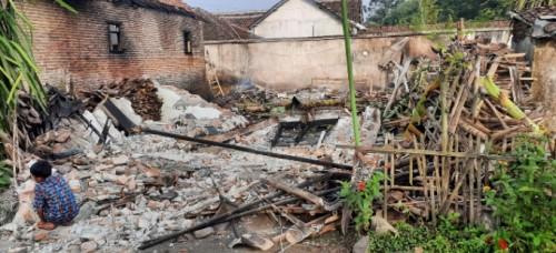 Ditinggal Gali Makam, Rumah Warga Jember Ludes Terbakar