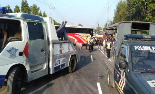 Bus Oleng Tabrak Truk Tangki di Jombang, Sopir Bus Alami Patah Kaki