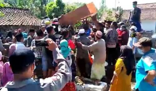 Warga Probolinggo Bongkar Paksa Peti Jenazah Covid-19 Saat Pemakaman