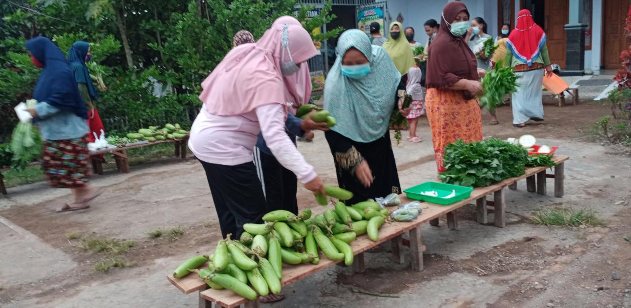 Jumat Berkah ala Emak-emak Jember, Berbagi Sayur di Masa Pandemi
