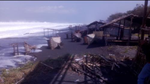 Disapu Ombak, Sejumlah Saung di Pantai Purworejo Ambruk