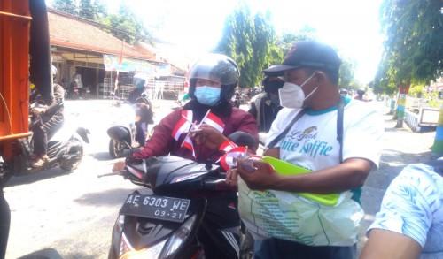 Aksesoris Merah Putih di Pinggir Jalan Ponorogo Laris Manis