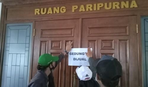 DPRD Rapat Kerja di Luar Kota, Warga Tuban 'Jual' Ruang Sidang Paripurna