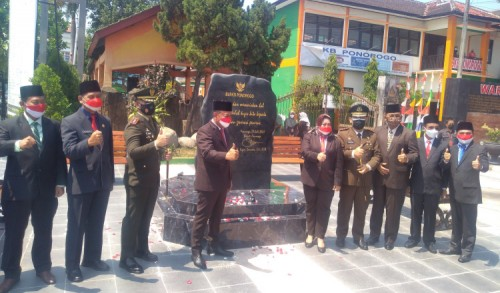 Semangat Gotong Royong, Bupati Ponorogo Resmikan Prasasti HOS Cokroaminoto