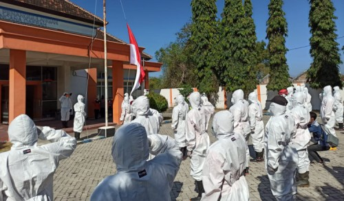 Petugas Pemakaman Covid-19 di Ponorogo Pakai APD Saat Upacara Kemerdekaan