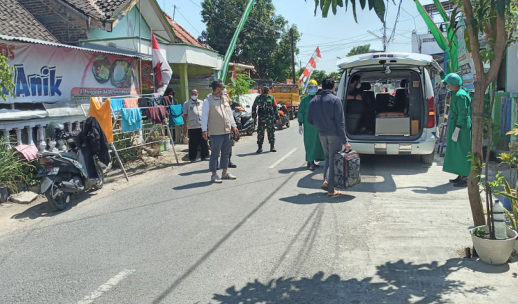 Gandeng Nakes, Anggota TNI Kodim 0803/Madiun Lakukan Tracing Warga Kontak Erat Pasien Covid-1