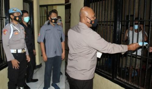Polres Mukomuko Bagikan Masker untuk Para Tahanan