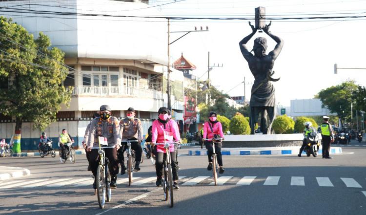 Naik Sepeda Onthel, Polisi di Ponorogo Bagi Bansos ke Warga