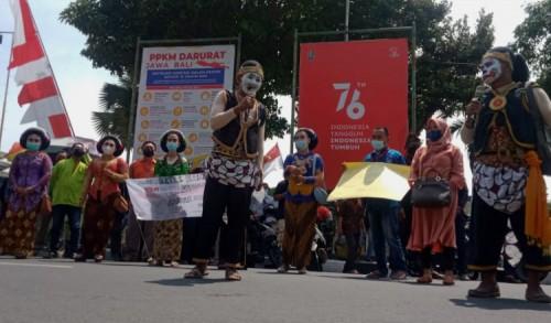 Puluhan Pekerja Seni di Tuban Unjuk Rasa Protes PPKM