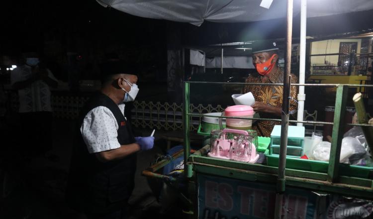 Temui Pedagang di Malam Hari, Bupati Situbondo Bagikan Uang Tunai