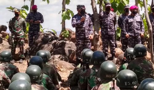 Kasal Tinjau Pendidikan Komando Calon Prajurit Petarung Marinir di Situbondo