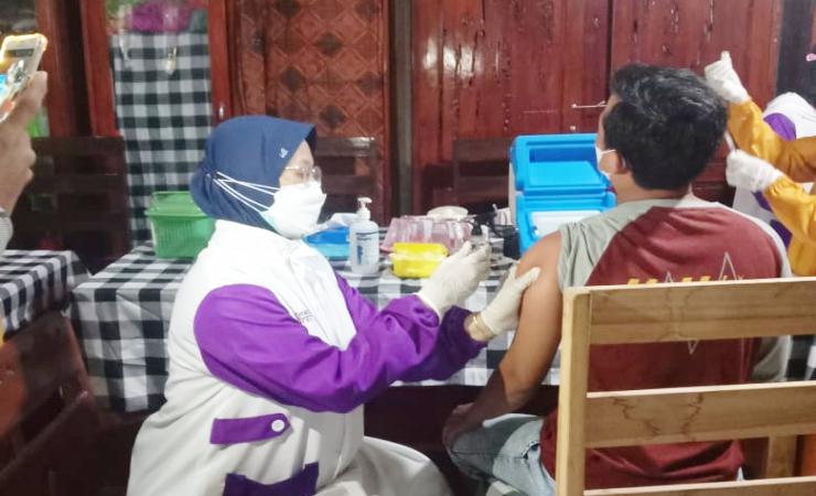 Dinsos dan Dinkes Bondowoso Vaksinasi Puluhan Gepeng, Sembari sosialisasi Prokes