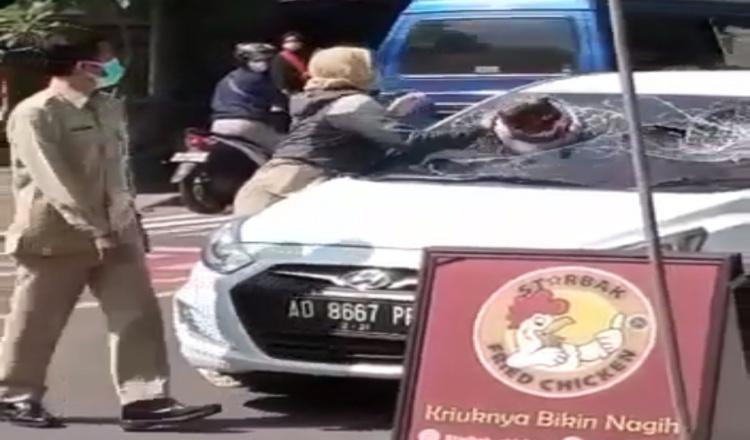 Oknum PNS di Ngawi Pecahkan Kaca Mobil