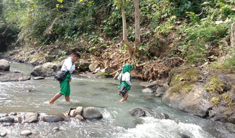 Cerita Ayah di Banyuwangi Ikhlaskan Kedua Anaknya Pergi ke Sekolah Sebrangi Sungai