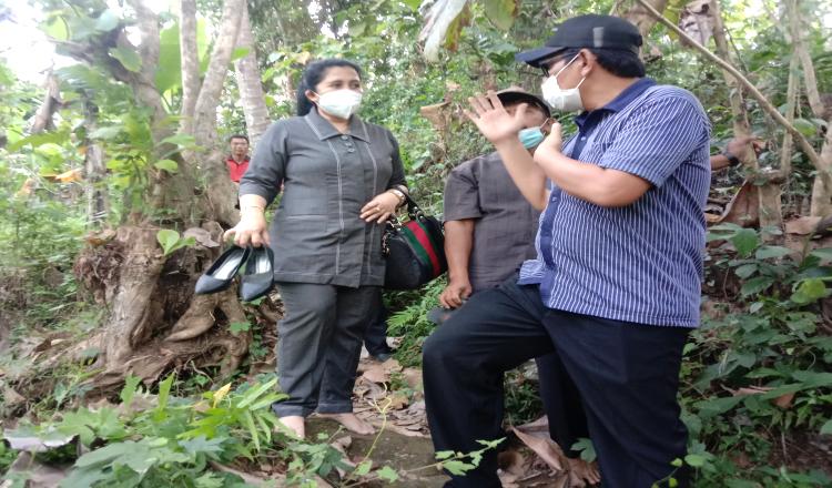 Tinjau Akses Jalan Menuju Sekolah yang Ekstrem, Anggota DPRD Banyuwangi Ini Rela Nyeker