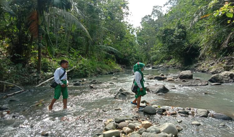 Akses Menuju Sekolah yang Lewati Sungai di Banyuwangi Akan Dibangun Jembatan