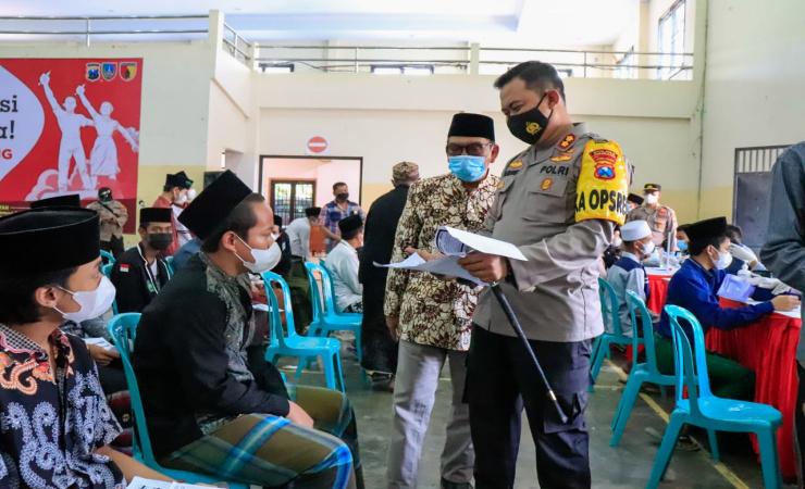 Percepat Herd Imunity, Polres Jombang Lakukan Serbuan Vaksinasi di Ponpes Bahrul Ulum Tambakberas