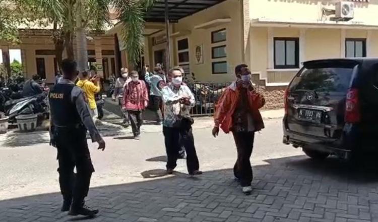 17 Tersangka Suap Jual Beli Jabatan Pj Kades Diperiksa KPK di Mapolres Probolinggo