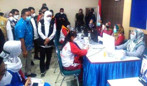 Gubernur Jatim, Khofifah Datangi Vaksinasi Pelajar di Ponorogo