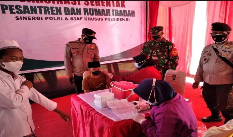 TNI-Polri di Bondowoso Vaksinasi Ratusan Santri, Sembari Sosialisasikan Prokes