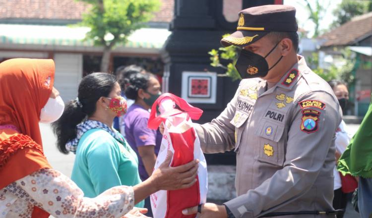 Dapat Bantuan Ratusan Paket Sembako Dari Presiden Jokowi, Polres Blitar Kota Mulai Salurkan Kepada Warga