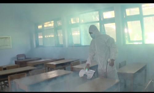 Tempat Isoter di SMPN 5 Jombang di Semprot Disinfektan